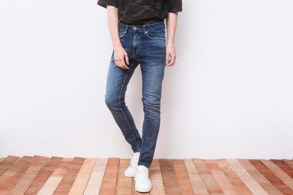 黒シャツとジーンズを着た男性