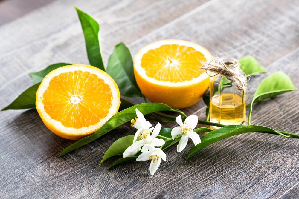 テーブル上のオレンジとネロリ水