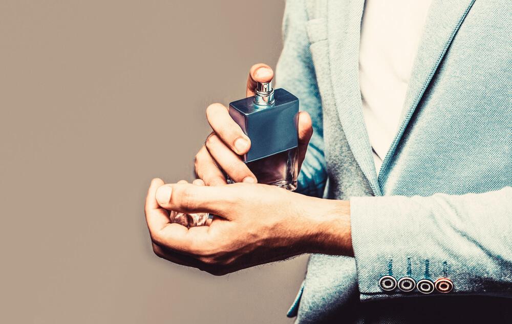 香りを身に纏う男性
