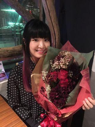 花束を持つAiriさん
