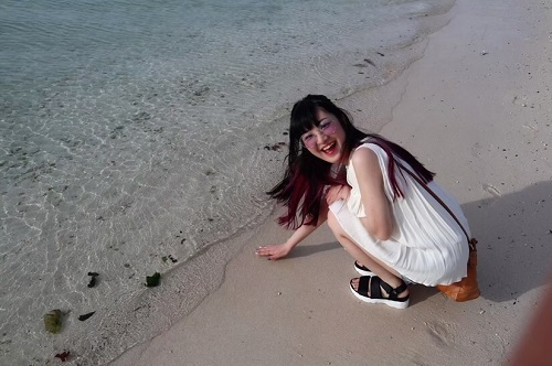 砂浜にいるAiriさん