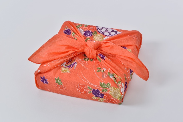 プレゼントを贈る際の「ささやかですが」の意味・使い方・例文のサムネイル画像