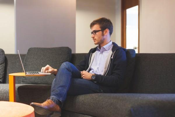 エンジニアの腰への負担を軽減する、おすすめの椅子8選のサムネイル画像