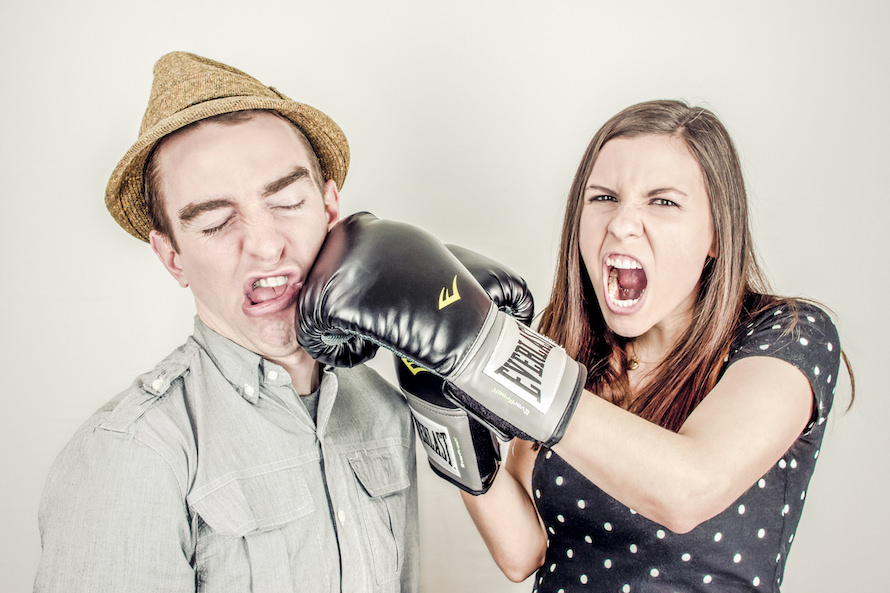 職場にいる「攻撃的な人」の特徴・心理・対処方法(接し方)のサムネイル画像
