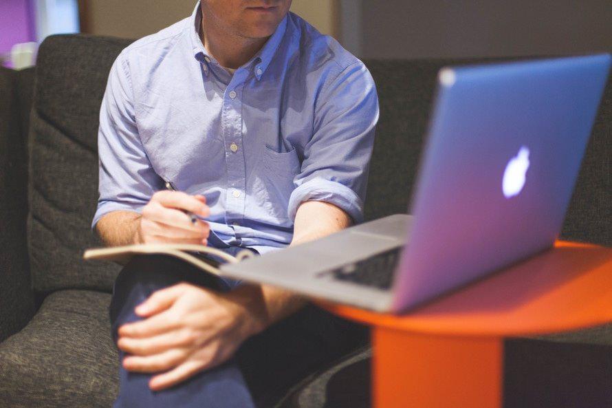 サラリーマンにおすすめの副業ランキング|起業・バイト・FX・株などのサムネイル画像