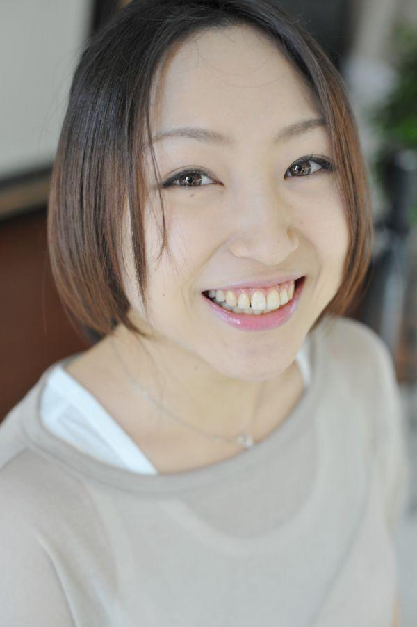 笑顔の作り方とトレーニング方法|接客での笑顔の作り方は?のサムネイル画像