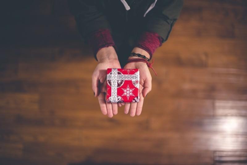 退職する同僚へおすすめのプレゼント|同僚に退職を伝えるタイミングのサムネイル画像