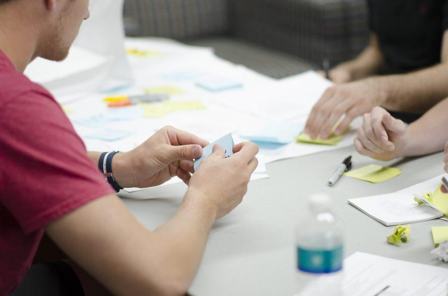 キックオフミーティングの目的と進め方|必要な資料と挨拶例文のサムネイル画像