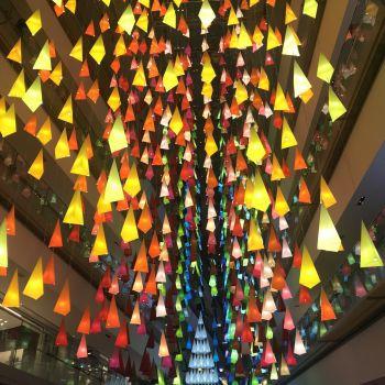 エマニュエル・ムホー「100色のクリスマスツリーの森」@表参道ヒルズ