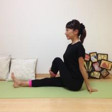 「yogaのポーズで猫背解消」