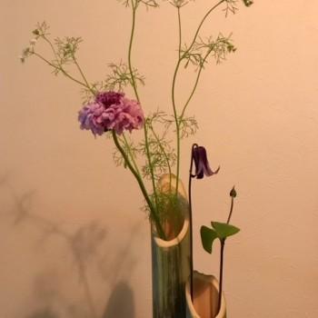 竹の花器で。