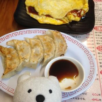 クマ散歩:大吉で品行方正なクマは、どて焼き、イカ焼き、大吉餃子、串かつ玉葱、なすび、レンコン、紅生姜&ソース焼きそばのコテコテの大阪