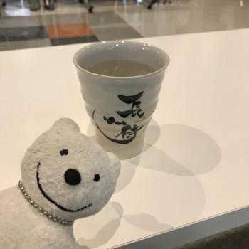クマ散歩:山口宇部空港 角打鍋島で品行方正なクマは芋焼酎 長州侍を一杯
