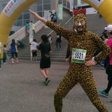 仮装したマラソンランナー