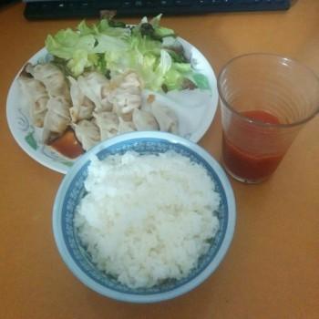 最近、野菜ジュースと餃子食べる率上昇中!!