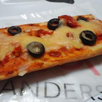 トマトとオリーブのバケットピザ。