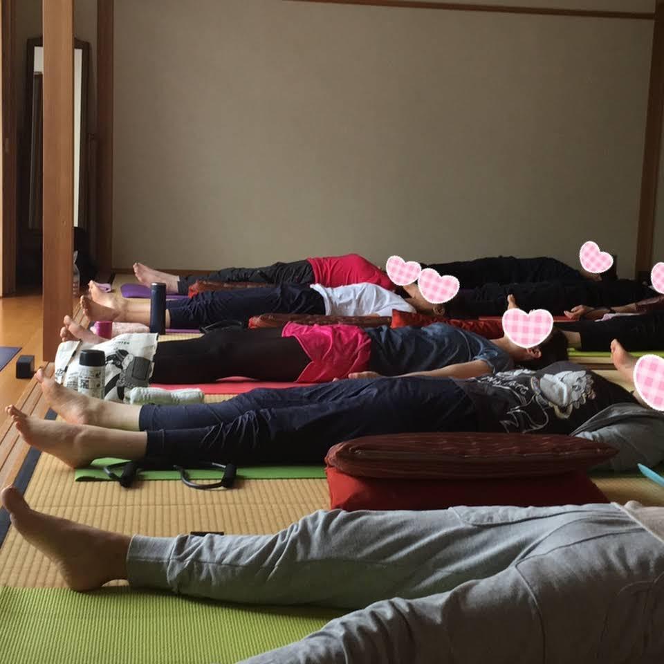 川西市けやき坂ワンコインkaori(カオリ)ヨガのレッスン風景