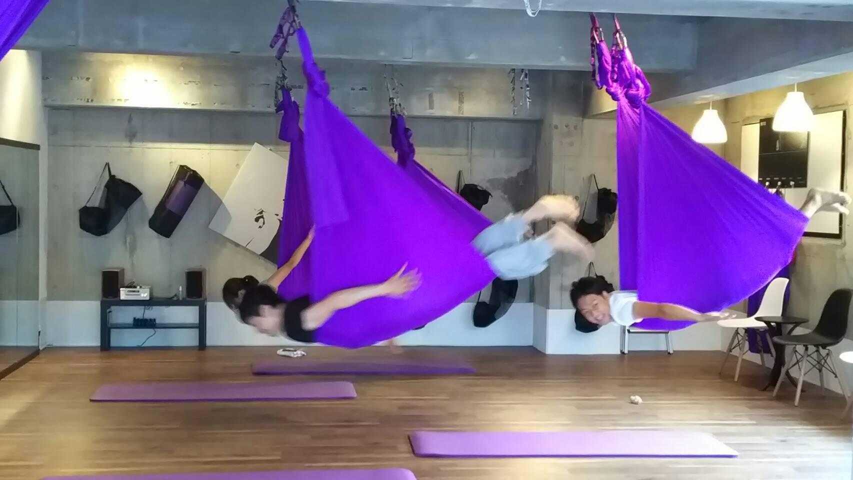 Aerial Yoga & Social Dance Studio FEEL (エアリアルアンドソーシャルダンススタジオフィール)のレッスン風景1
