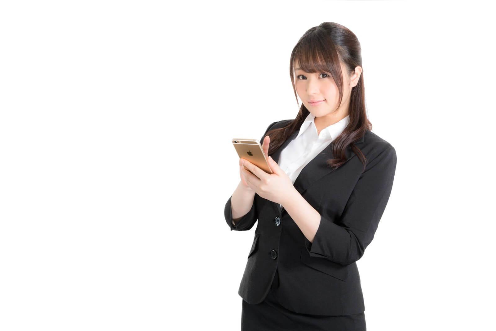 エックスモバイルのかけたい放題アプリの注意点を説明する女性