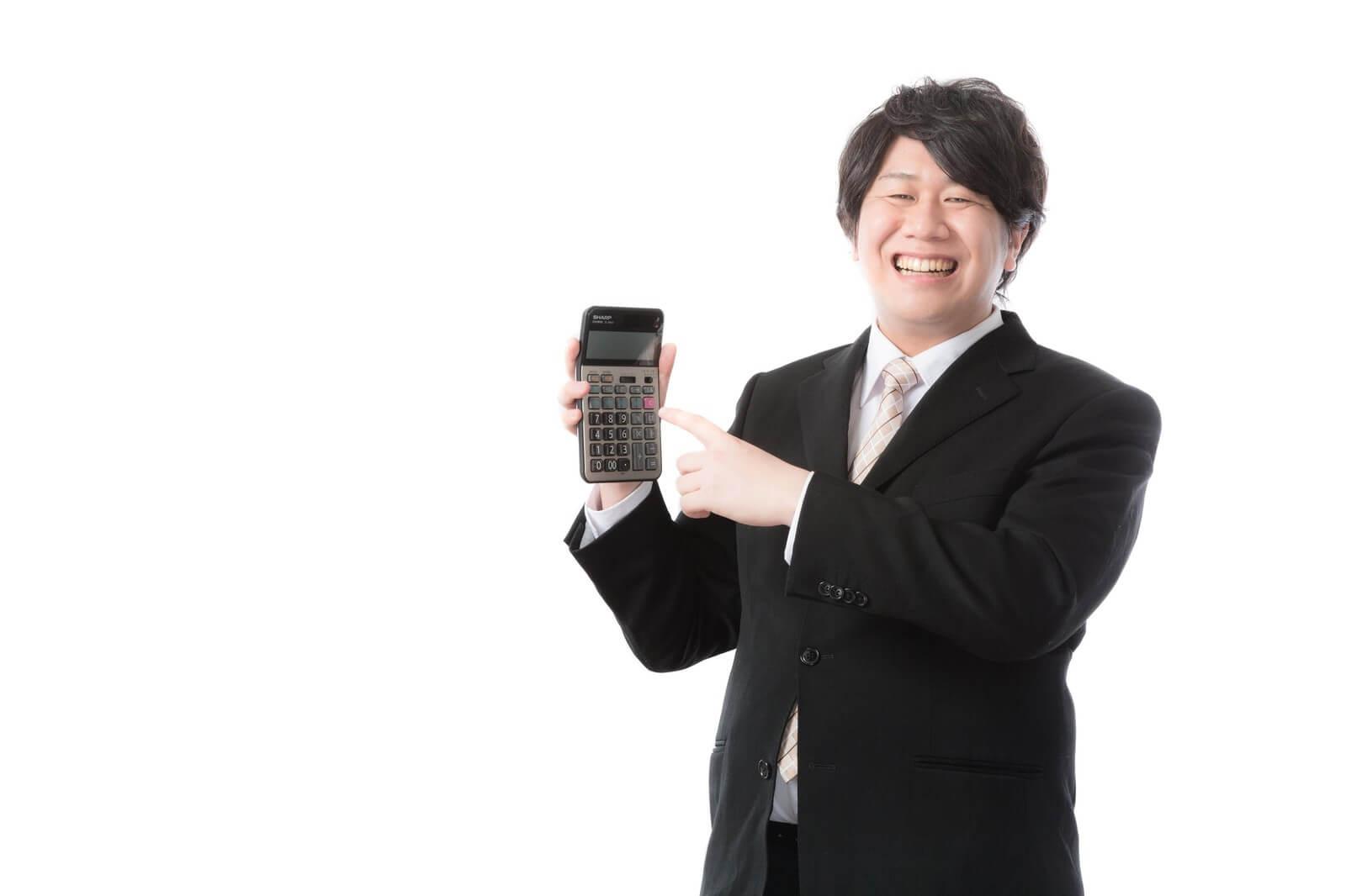 エックスモバイル かけたい放題フルの月額料金を電卓で計算する男性