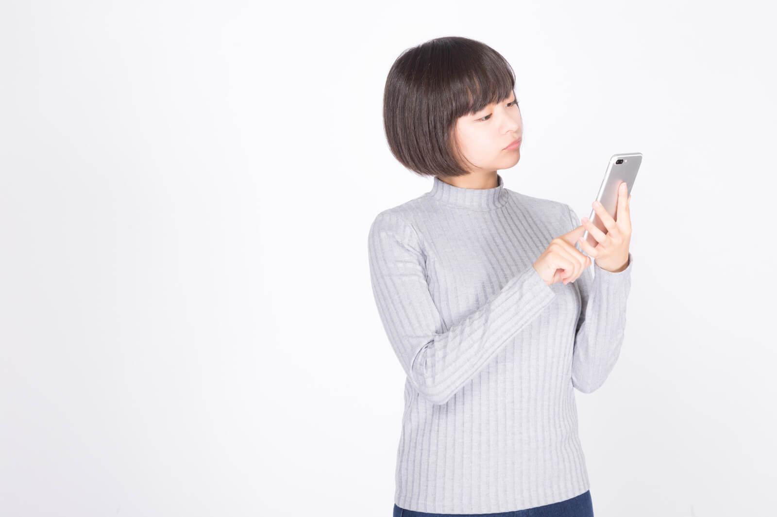 エックスモバイル(X-mobile)(もしもシークス)ってどうかをスマホで調べる女性