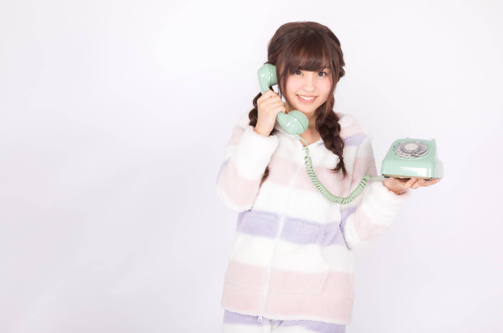 エックスモバイル(X-mobile)(旧もしもシークス)の回線で電話する女性