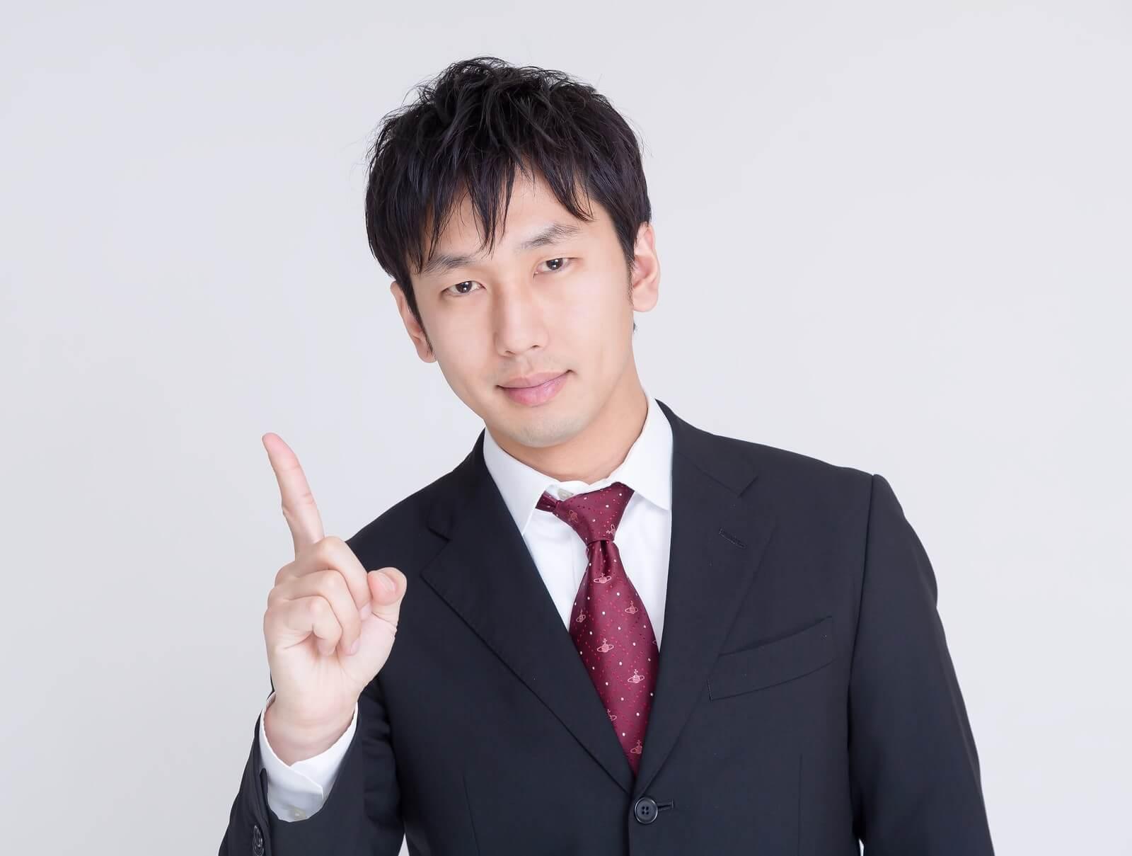 エックスモバイル(X-mobile)は格安スマホ会社NO.1店舗数と説明する男性