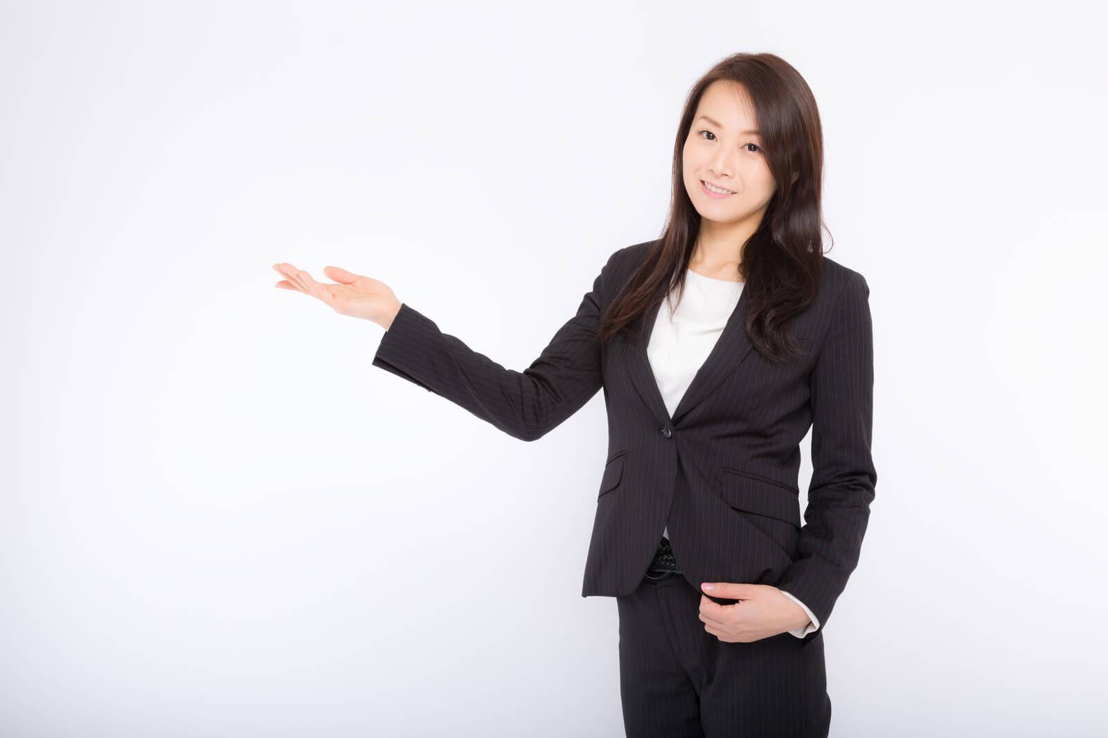 スゴい電話(すごい電話)の使い方を説明する女性