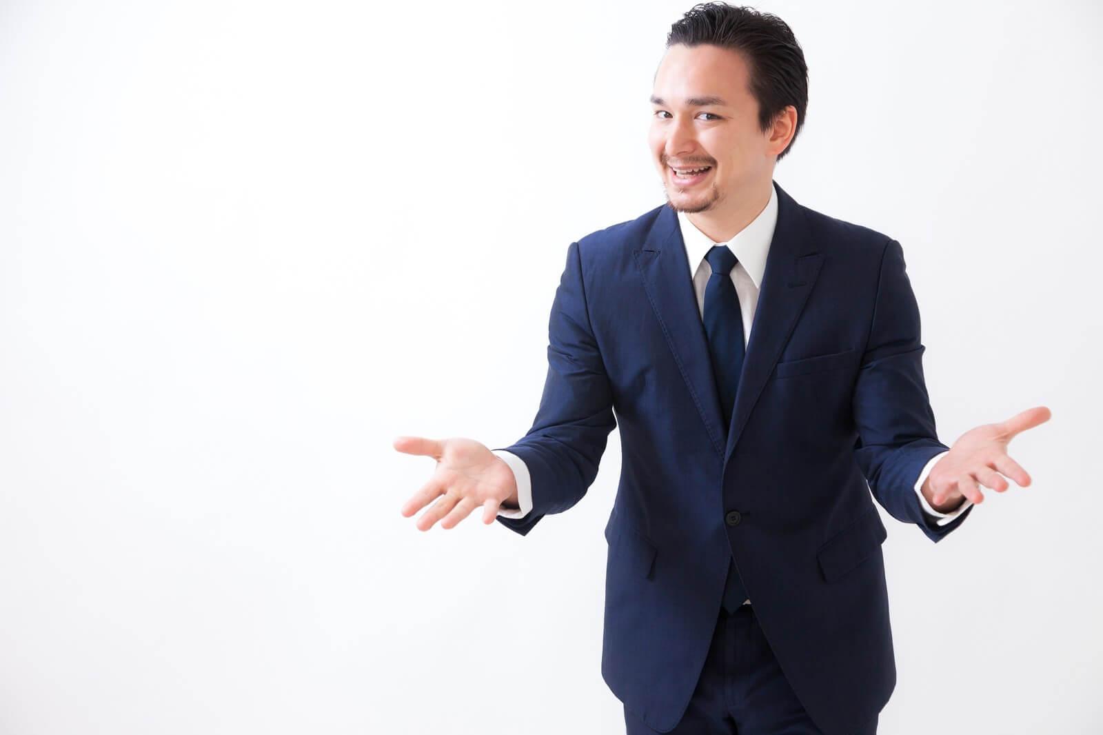 格安スマホ「エックスモバイル」の事業説明をする男性