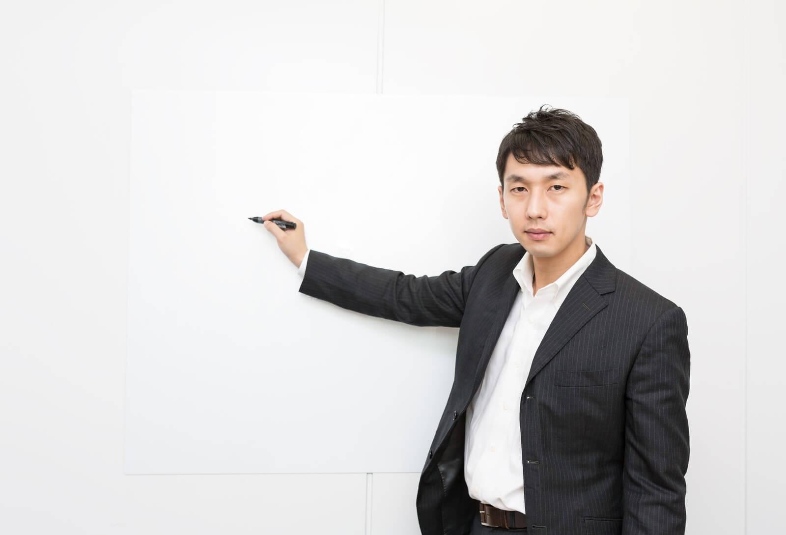 格安スマホ「エックスモバイル」代理店ビジネスを説明する男性