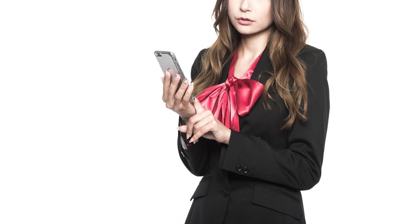 格安スマホに通話定額かけ放題(通話し放題)プランがあるか調べる女性