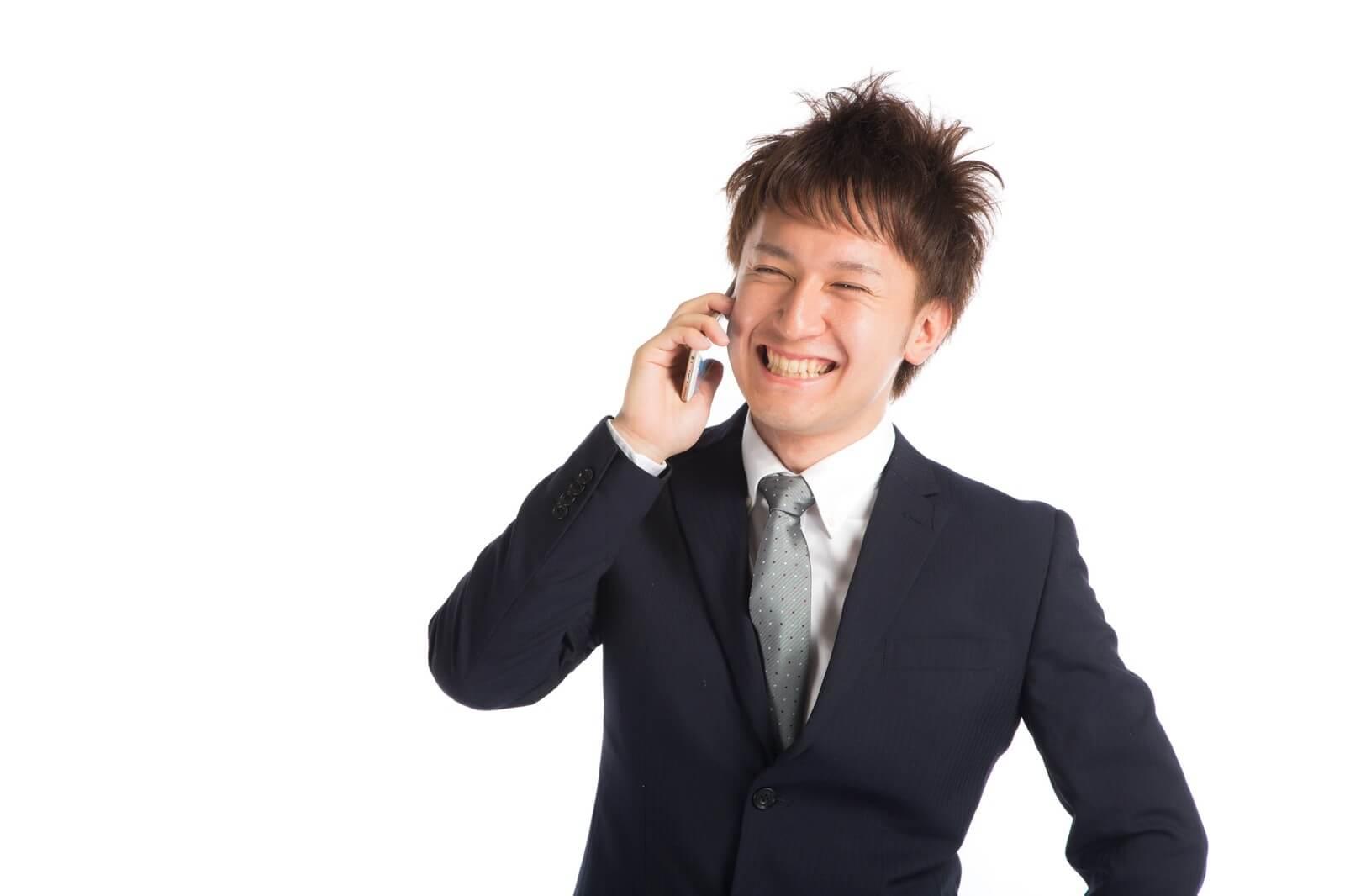 格安スマホで電話する男性