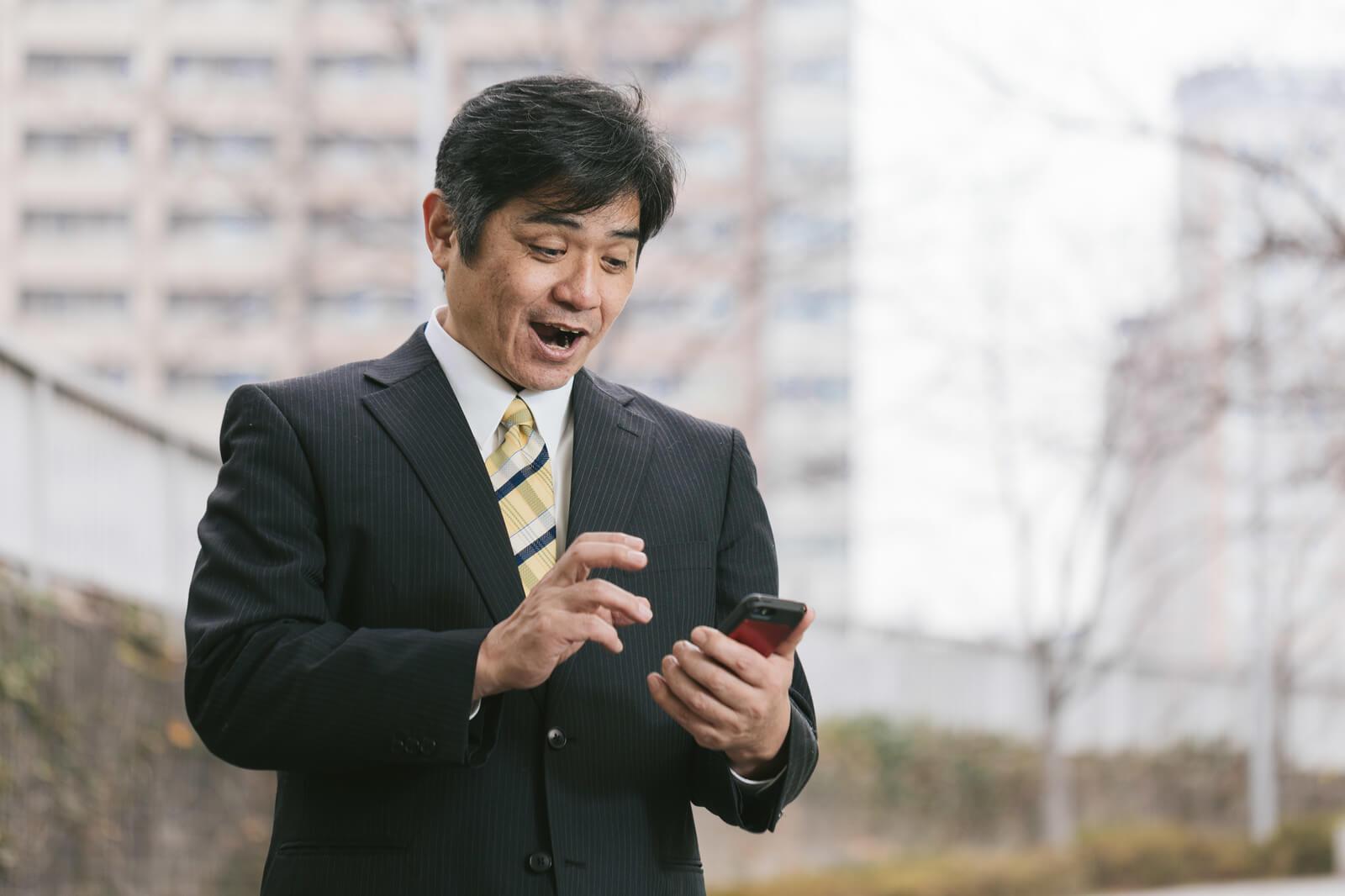 アプリを見て驚く男性