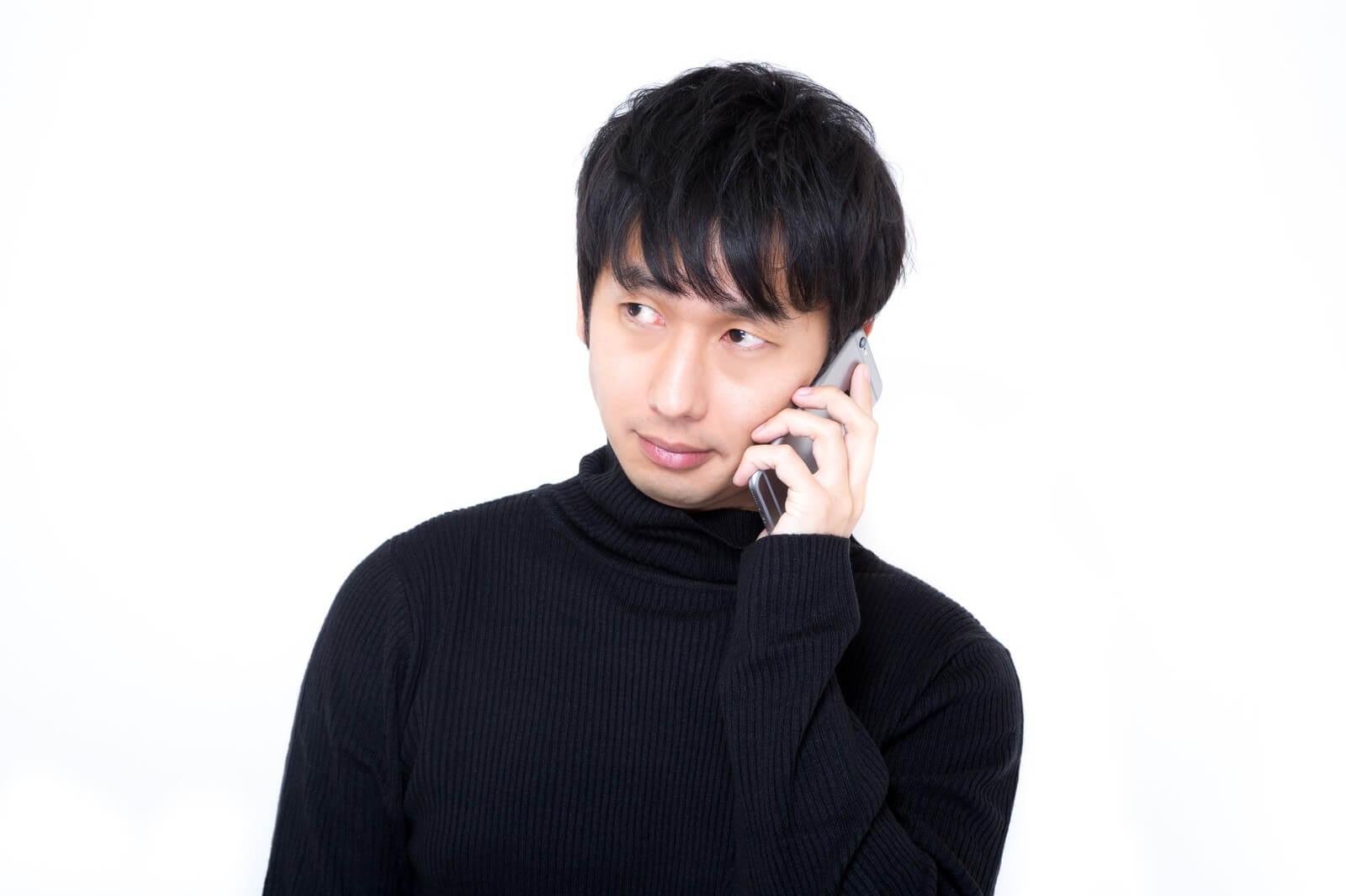 ソフトバンクでMNP(ナンバーポータビリティ)予約番号を取得するために電話する男性