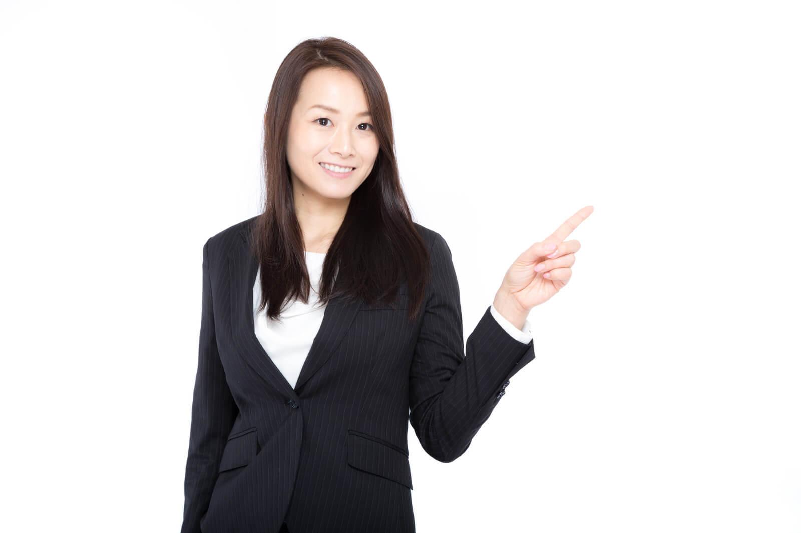 MNP(ナンバーポータビリティ)でMVNO(格安スマホ)に乗り換えするときの注意点を説明する女性