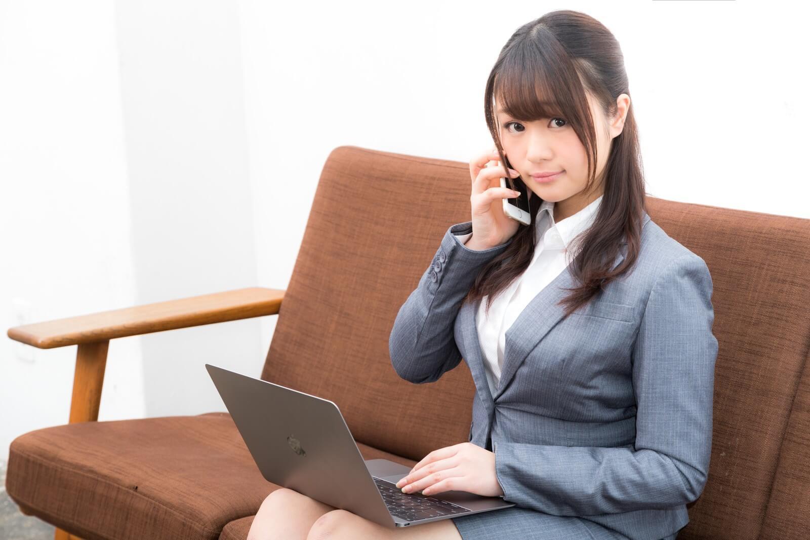 格安SIM(格安スマホ)の電話かけ放題の品質を確かめる女性