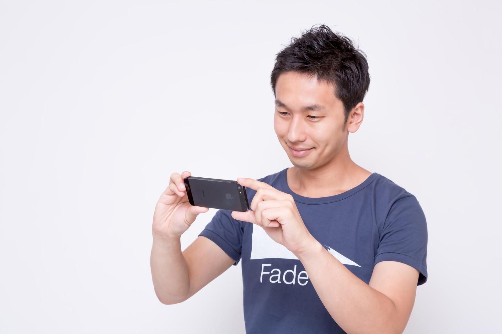 iPhone 7 / 7 PlusSIMフリー版を購入して格安SIM(格安スマホ)を契約する男性