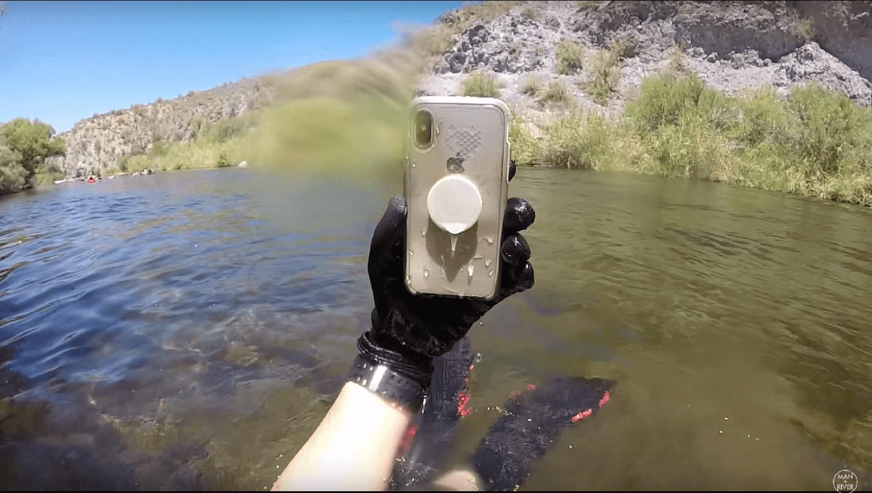 川で発見されたiPhoneX