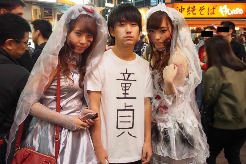 【画像大量】ハロウィンの渋谷、Tシャツに「童貞」と書くだけで1番目立てる定理