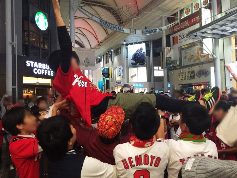 【宙に舞う警察官】広島カープ25年ぶりの優勝。その時広島市内で何が起きたか