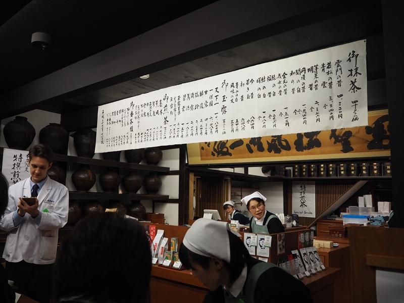 歴史を感じさせる店内。お茶の販売も行っています
