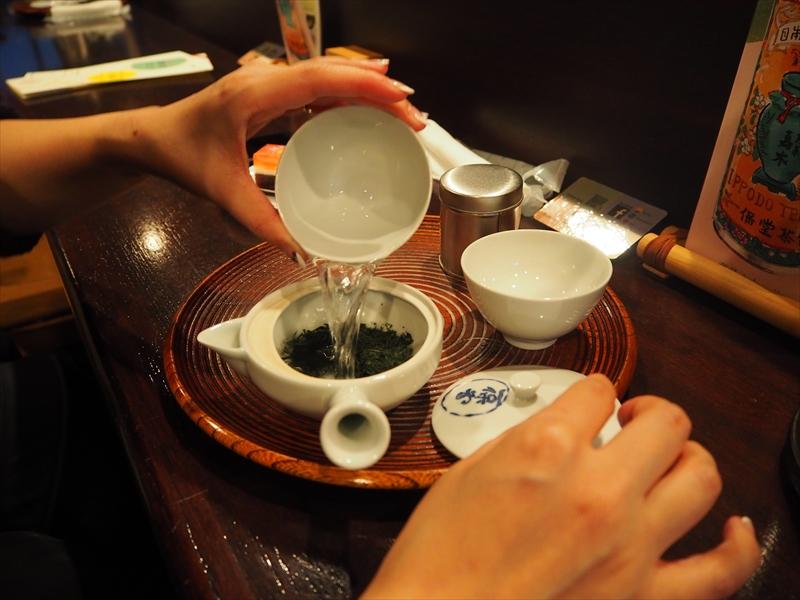 店員さんに教わりながらお茶を入れていきます。これはお湯の温度を下げて注いだ図