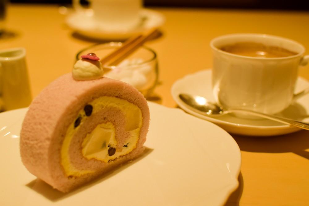 注文した「桜香る塩わらび餅ロール(459円 税込)」