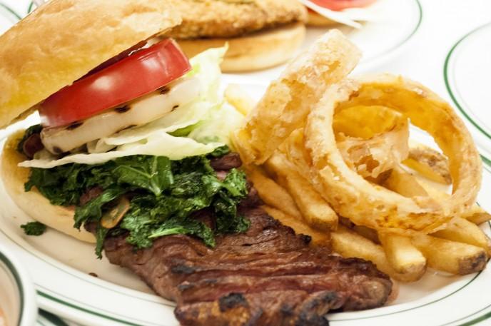 ハンバーガーという概念を超えています。(バンズにステーキが入りきらない)