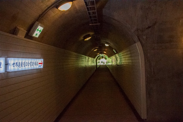 トンネルの向こうは、不思議の街でした。