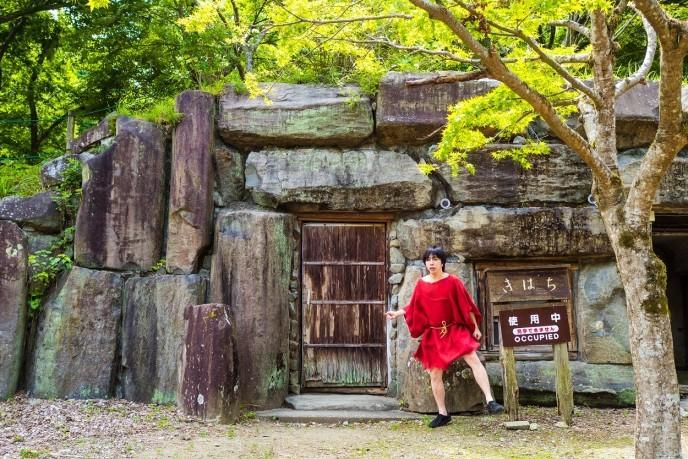 横穴式住居に泊まる。「古代生活体験村」で火おこしして古代米を炊くシンプルな1日