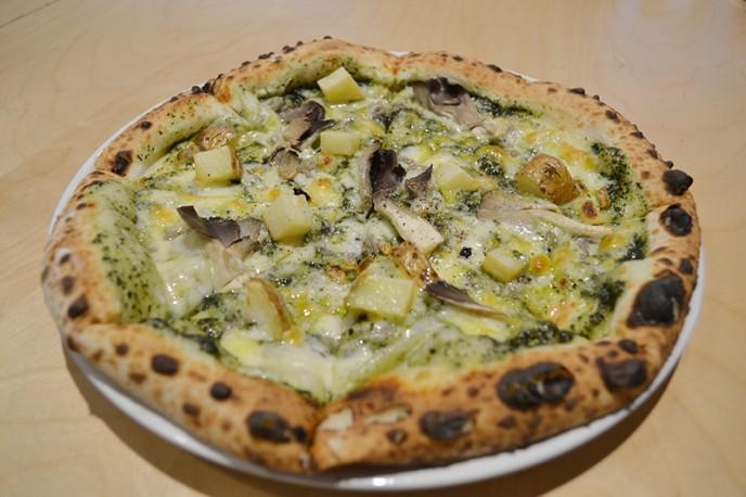 小菅の食材を生かしたピザ(山女魚のアンチョビピッツァ1,250円)や