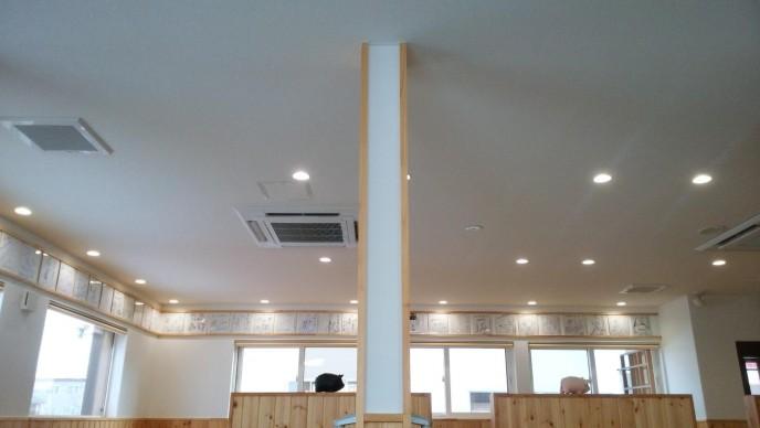 天井に有名人のサインめっちゃある。