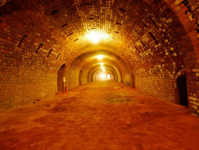 圧倒的トンネル感!「ホフマン輪窯6号窯」