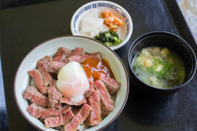 「気まぐれあか牛丼」1,500円。みそ汁付き。